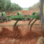 Outils agricoles remplaçant les charrues à versoirs pour la culture du colza.
