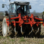Outils agricoles pour réaliser une labeur légère avant le semis du céréale.
